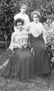 Misses Dorothy, Elizabeth and Ada Lane about 1903
